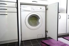 Badezimmer-Einbauschränke mit umbauter Waschmaschine und Wäschekörben - MDF weiß lackiert, schwarzer Umleimer