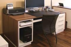 Schreibtisch - Umrandung in Nussbaumholz, Fronten lackiert