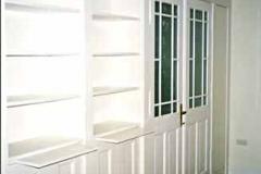 Bücherwand mit integrierter zweiflügeliger Durchgangstür - MDF weiß lackiert
