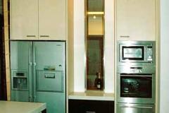 Einbauküche mit CORIAN-Arbeitsplatte - Korpus und Fronten lackiert, bzw. in Mooreiche furniert