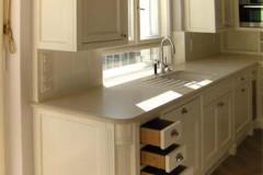 Landhausküche mit Kücheninsel - außen Ahorn weiß lackiert, innen Eichenholz klar lackiert