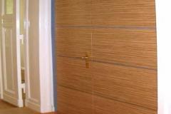 Wandverkleidung mit Drehtür (Arztpraxis) - Zebrano-Holz mit farbigem Schichtstoff