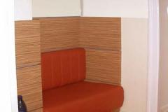Sitzbank mit Wandpaneelen (Arztpraxis) - Zebrano-Holz mit farbigem Schichtstoff