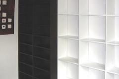 Bücherregal mit verschiebbaren Elementen - weiß lackiert und Buchenholz, gebeizt