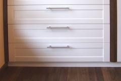 Kleiderschrank mit Kommode - Umrandung in Nussbaumholz, Fronten lackiert, innen Buchenholz