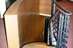 Akustikwand mit Treppe (Privatbank, Berlin-Mitte) - Buche