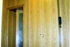 Wandpaneele, Einbaumöbel und Türen (eine Falttür) - Eiche natur